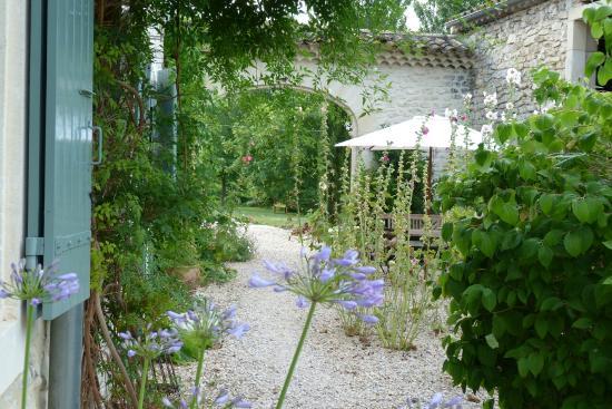 Le jardin photo de clos des 3 ruisseaux taulignan for Le jardin clos