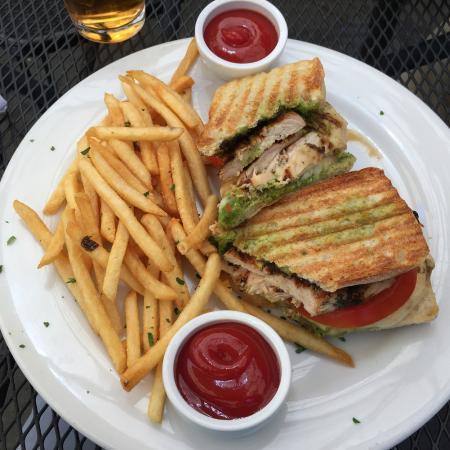 Danville, Kalifornia: Chicken panini with pesto base - and fresh fries