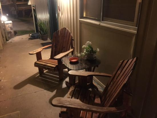 Cotter, AR: smoking area outside of our room
