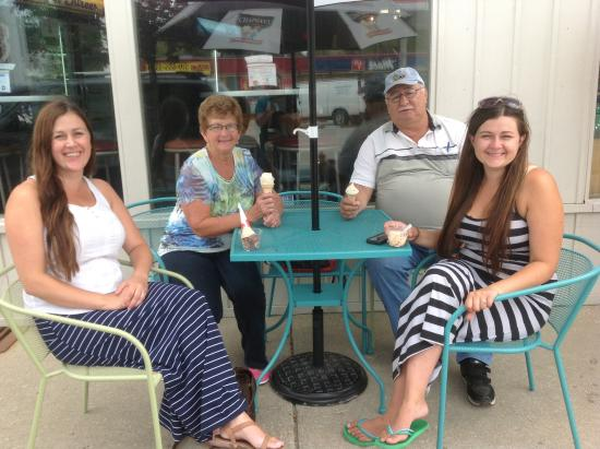 Tavistock, Kanada: Lunch with our two oldest grandaughters