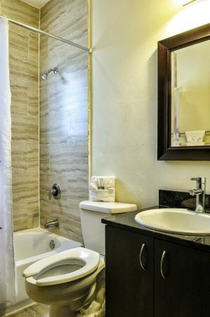 Tradewinds Apartment Hotel: Bathroom