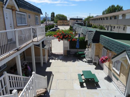 Green Gables Beach Resort: View of Courtyard from Balcony