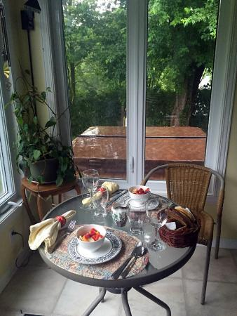Summerstown, Canada: Breakfast with the view of backyard