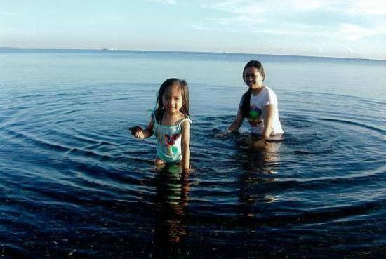 Dona Crispina Resort and Hotel: Guests enjoying the beach
