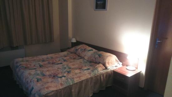 Gromada Airport: Pokój i niewygodne łóżko oraz rzekoma klima pod oknem...