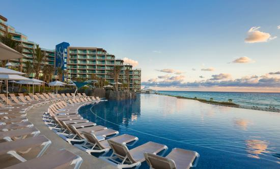 Hard Rock Hotel Cancun: Relax by the pool