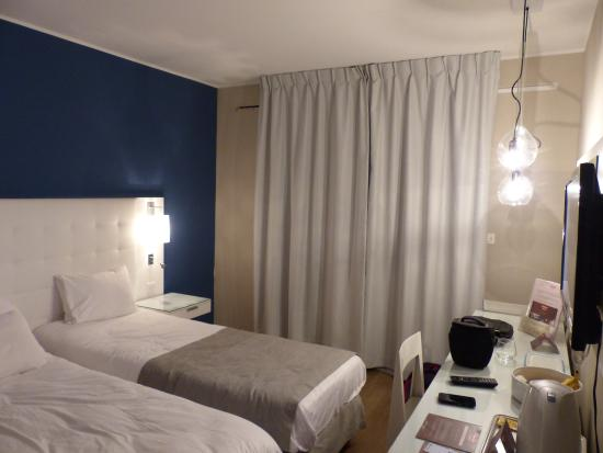 Vue int rieur chambre 2 lits simple photo de residhome for Appart hotel 2 chambres bruxelles