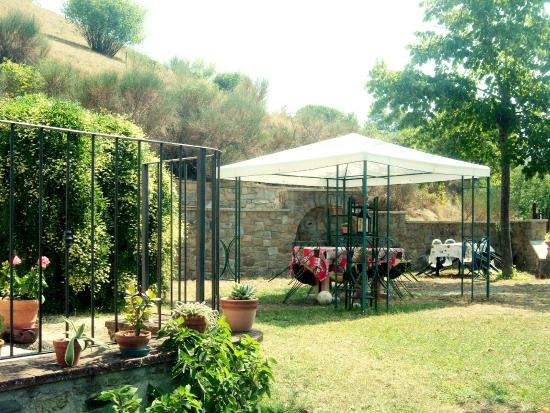 Foto Giardini Con Gazebo.Giardino Con Gazebo E Barbecue Decorazione
