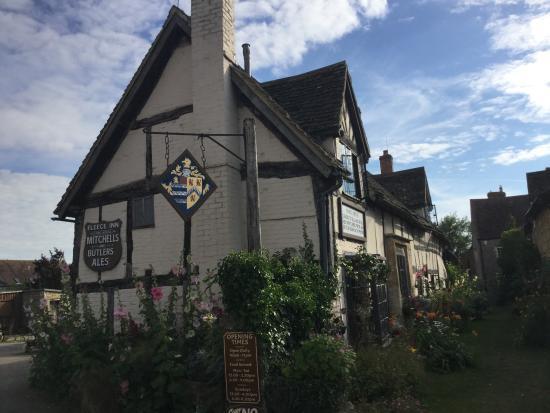The Fleece Inn: Beautiful British pub