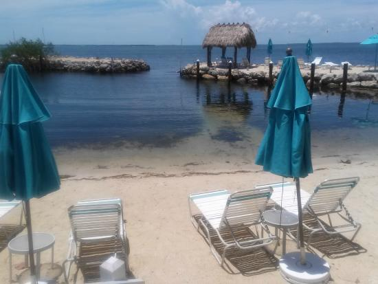 Amy Slate's Amoray Dive Resort: Beach chairs and umbrellas
