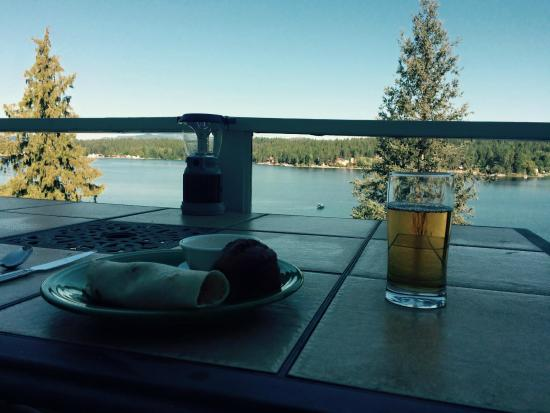 Newport, WA: Morning breakfast with view of the lake