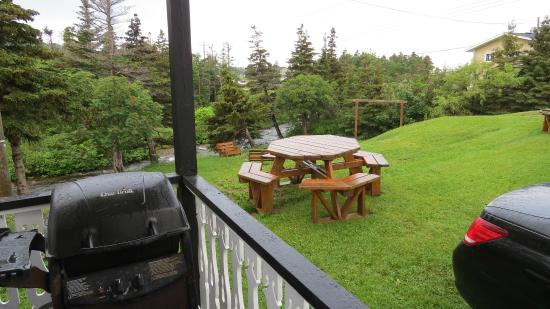 Bottom Brook Cottages: Each cabin has a picnic table