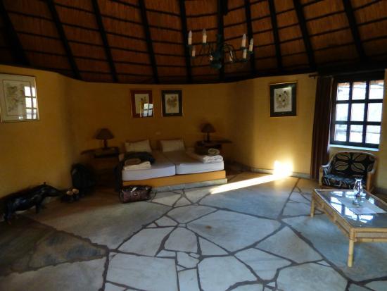 Okambara Elephant Lodge: Geräumiger Innenraum im Bungalow
