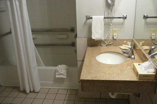 Days Inn Carlsbad: Bathroom