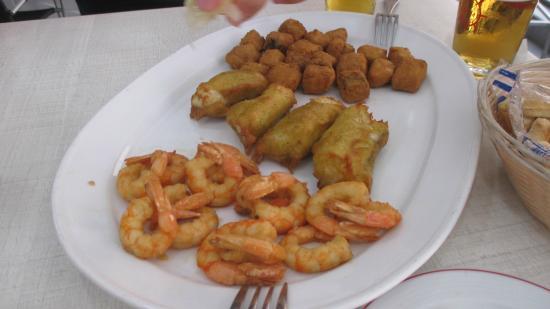 Cerveceria Braseria La Ria: tres medias en un mismo plato: Colas de moruno, pavia de bacalao y crocretas de gambas
