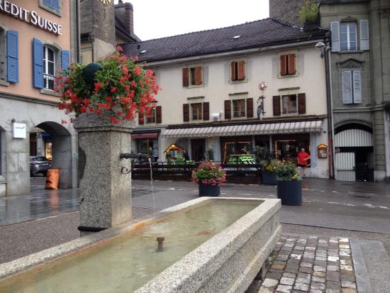 La Cabriolle: Une terrasse sympa et un intérieur typique Suisse avec les grosses cloches a vaches et les bancs