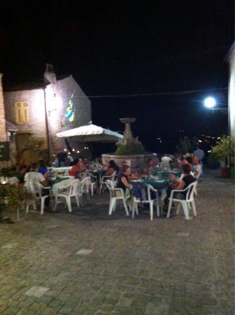 Ristorante Story Pizzeria: Vista serale dell'ingresso del locale e dello spiazzo/terrazza