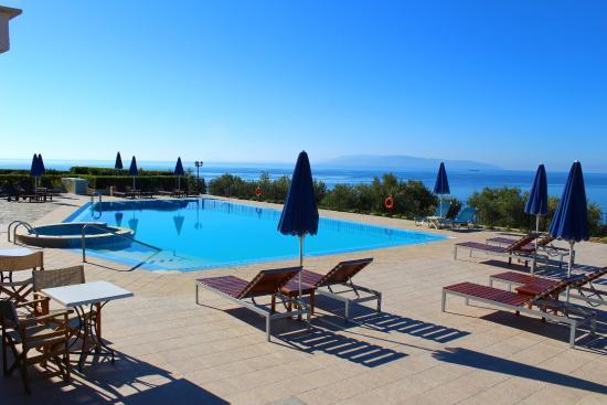 Trapezaki Bay Hotel: Pool area