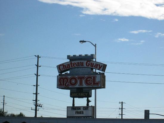 Chateau Guay Motel: The sign
