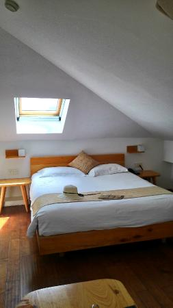 Conch Hotel: Loft- a window above the bed.