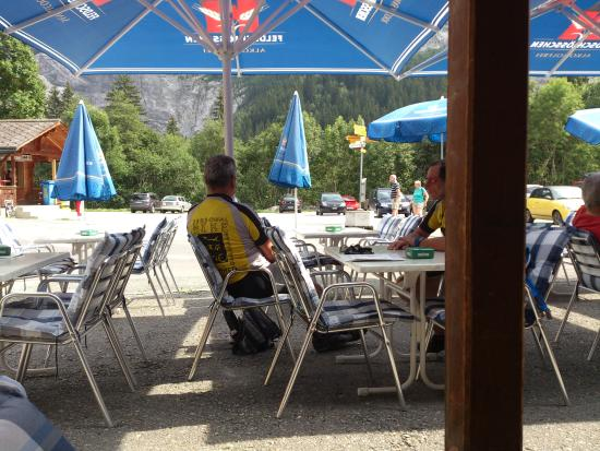 Grindelwald - Restaurant Hotel Wetterhorn - Terrasse mit Sonnenschirmen überdacht