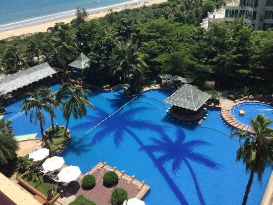 Timton International Hotel: Swimming pool with beach beyond