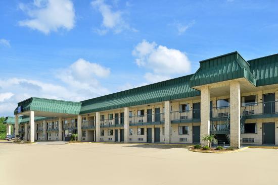 Americas Best Value Inn & Suites: Front Exterior