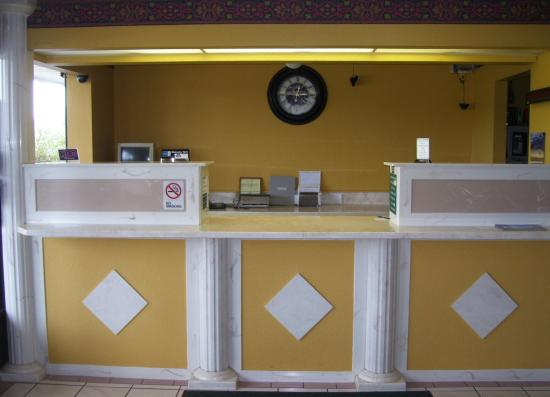 Americas Best Value Inn & Suites: Front Desk