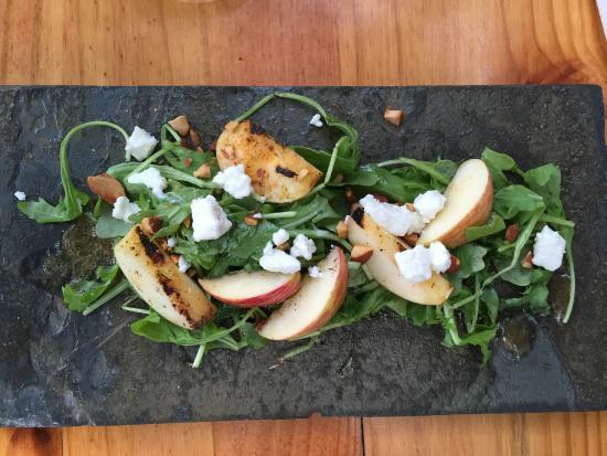 Forestville, Califórnia: roasted gravenstein apple salad with argula