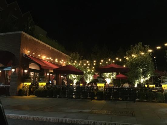 CHAT American Grill: Restaurante con lindo ambiente, excelente atención y buena comida.   La Polenta con hongos es mu