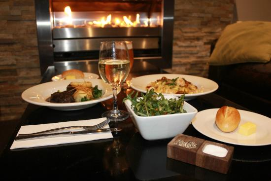 Motel on Alpine: Warm up in Winter in front of our comforting fire!