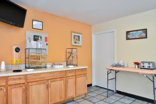 Americas Best Value Inn- Wilmington: Breakfast Area