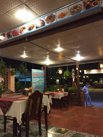 Nam Tho : Delicious and cost efficient sea food. We had every dinner for two days here. It is much nicer t