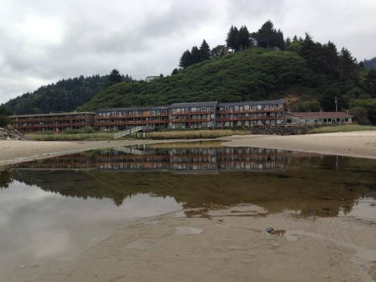 Proposal Rock Inn: Perfect position on the beach in this unassuming hotel in Neskowin