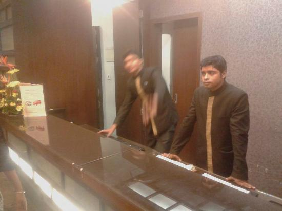 Park Prime Kolkata: at the reception, Manager hides behind to avoid guests and shows arrogance , avoids answering gu