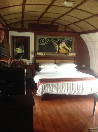 Lakes & Lagoons Tour Company: Very large & comfortable bedroom on boat 16