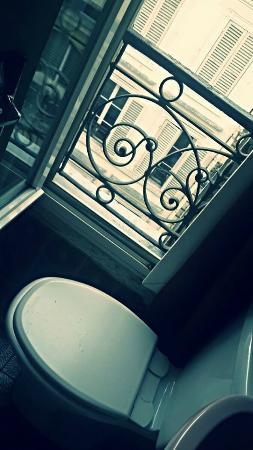 Hôtel Wagram : Экстремальный туалет с видом на соседний дом.