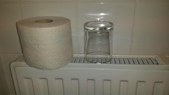 Hotel Lilienhof: Zahnputz-Glas steht direkt am Heizkörper, da keine Ablage im Bad vorhanden ist