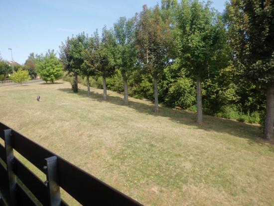 Campanile Caen Nord: Verdure en face des chambres