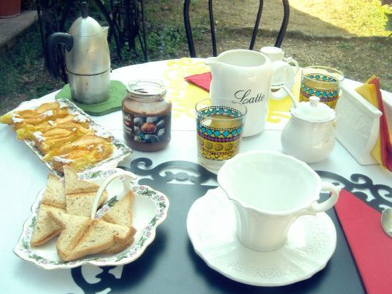 Colazione nel giardino con dolci fatti in casa succhi di for Succhi di frutta fatti in casa