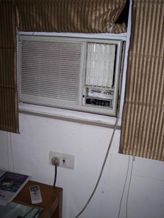 Hotel Chanchal Continental: Big window and air conditioner