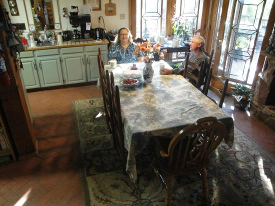 Cedar Crest, Nuevo Mexico: Elaine at the kitchen table