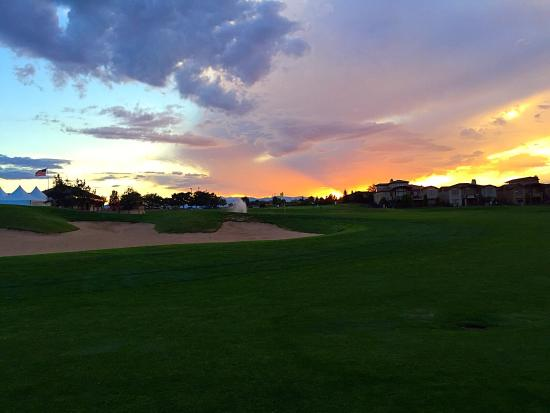 Highland Meadows Golf Course: Great sunset walking up to #9 green