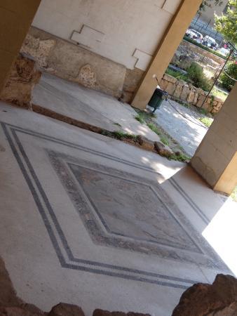 Case Romane a Piazza della Vittoria: 門扉より東屋の下を望遠で撮影