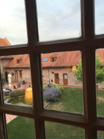 """Le Domaine des Cigognes Hotel : depuis la chambre (""""cour de ferme"""")"""