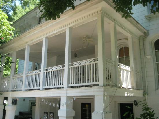 ذا مايهورست إن: Back porch