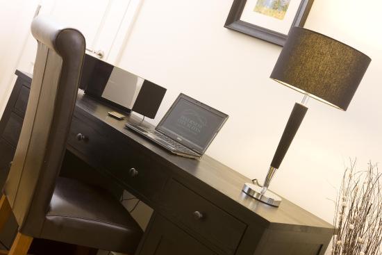 Inverness City Suites: Desk & iphone dock