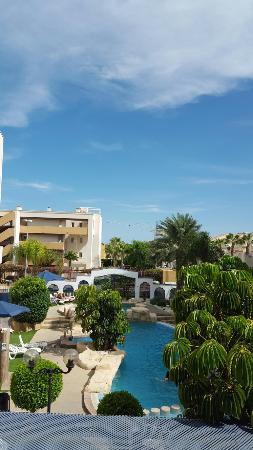 Cabo Roig, España: Vista de la piscina desde la terraza del apartamento