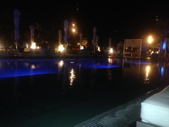 W Bar : Un cocktail un soir d'été , autour de la piscine somptueuse de l'hôtel le W