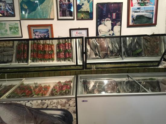 Hassan Restaurant : Fantastisk buffe meze och urgod grillad fisk. Jollen fram till resturangen bara tt kliva upp